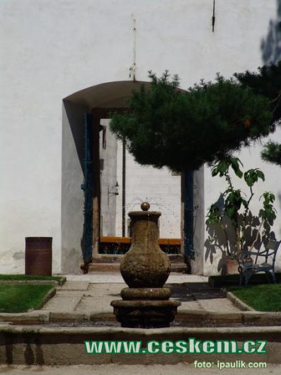 Kašna v zámecké zahradě.