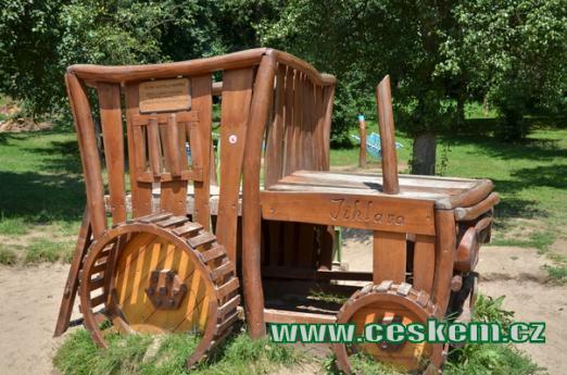 Dřevěný traktor.