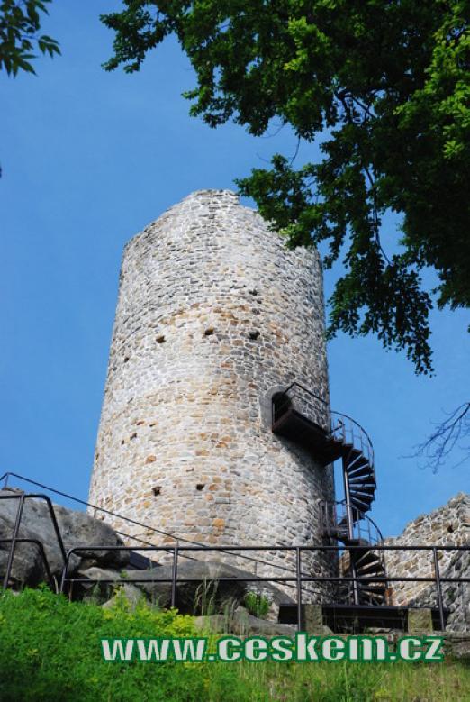 Pohled na 15 m vysokou hlavní věž.