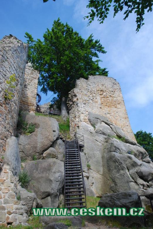 Pohled ze spodní části hradu.