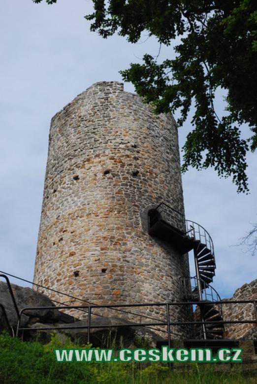 Pohled na hlavní věž hradu.
