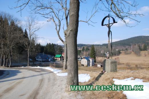 Křížek před vesničkou.