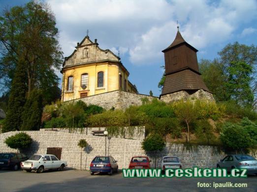 Kostel sv. Jakuba Většího a dřevěná zvonice.