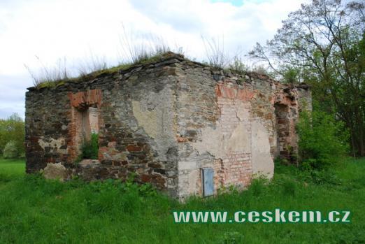 Ruiny stavení nedaleko hřbitova.