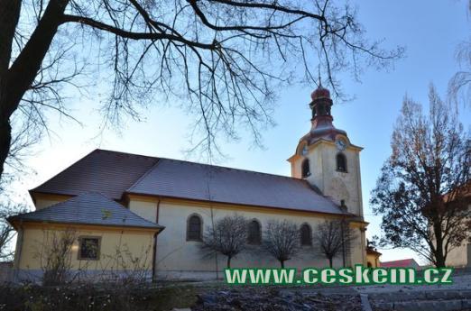 Kostel Nanebevzetí Panny Marie od severu.