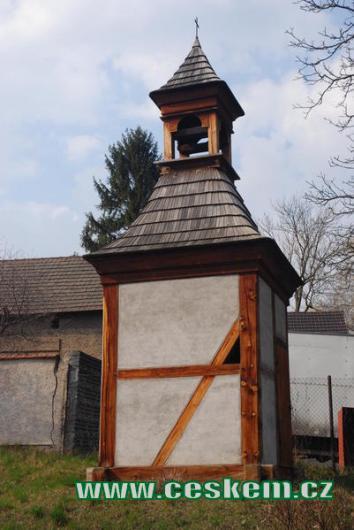 Lidová stavba dřevěné zvonice.