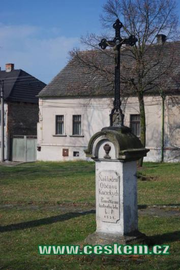 Křížek u kapličky z roku 1851.