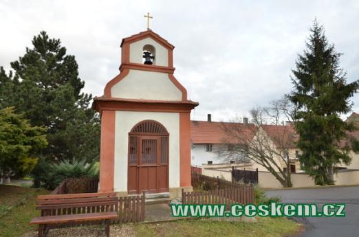 Pozdně barokní kaplička.