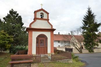 Kutrovice na Kladensku - Pozdně barokní kaplička.
