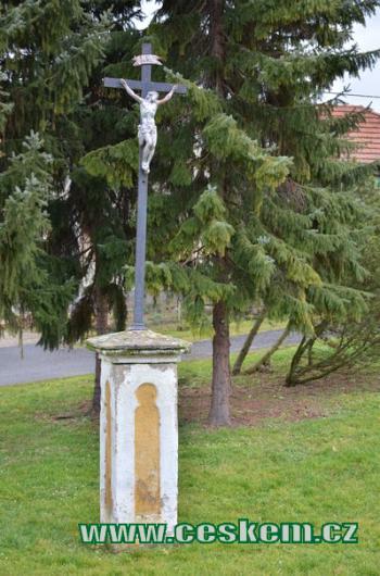 Křížek ve středu obce.