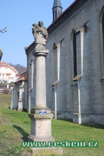 Socha u kostela sv. Prokopa.