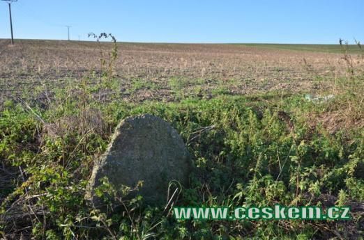 Jeden z několika kamenů.