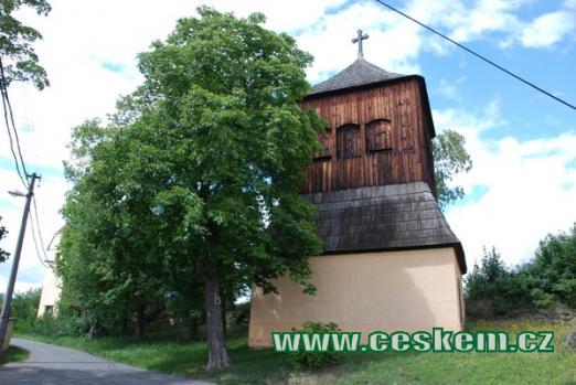 Dřevěná zvonice u kostela sv. Jakuba Většího.