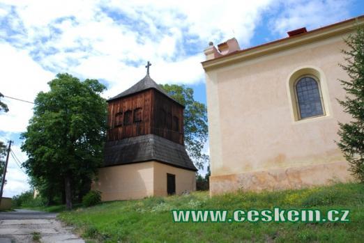 Dřevěná zvonice u kostela.