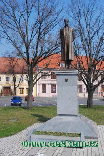 Socha T. G. Masaryka na náměstí.