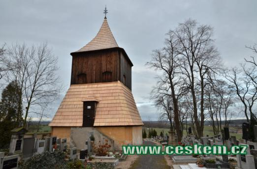 Dřevěná zvonice na hřbitově.