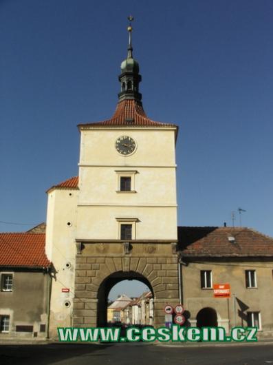 Pohled na Pražskou bránu od severu.