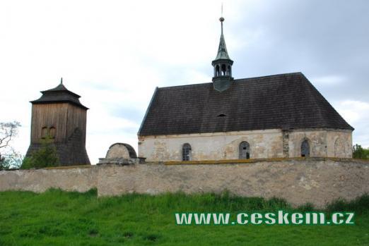 Pohled na zvonici a kostel sv. Jakuba Většího.