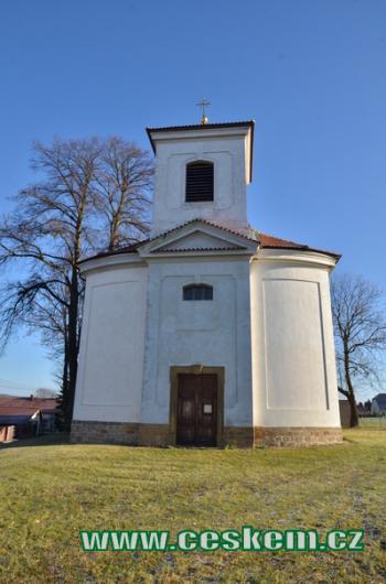 Průčelí kostela Narození Panny Marie.