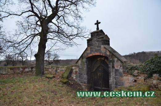 Jižní část hřbitovní zdi.