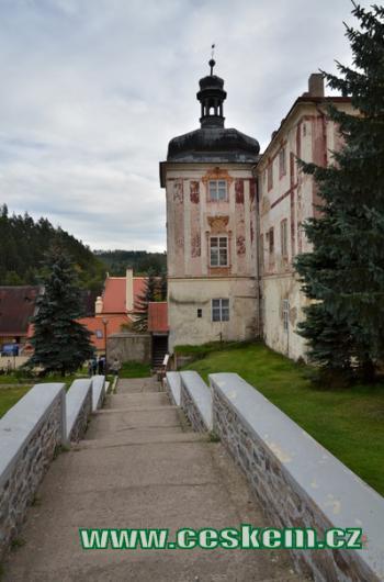Cesta kolem zámku.