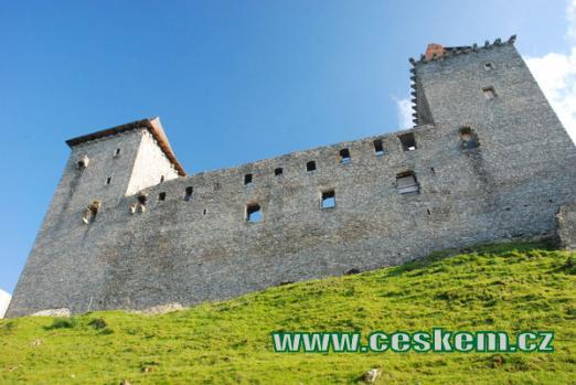 Pohled na severní stranu hradu.