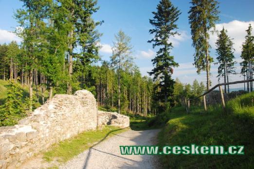 Cestou kolem severní strany dávného hradu.