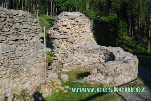 Ruiny hradní bašty.