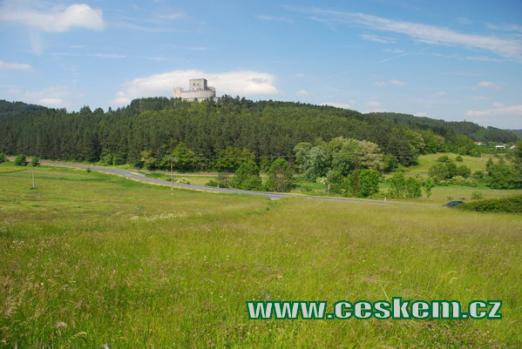Zřícenina hradu tvoří dominantu kraje.