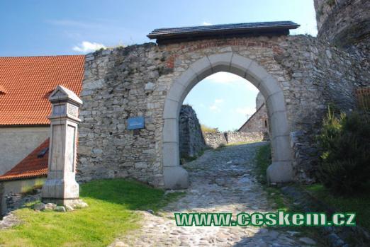 První hradní brána.
