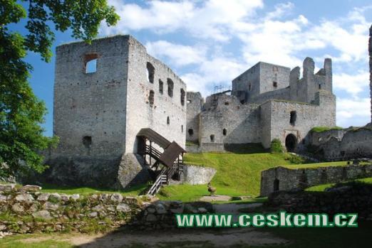 Pohled na zříceninu hradu...