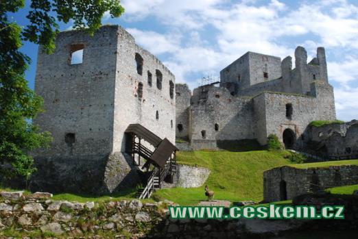 Pohled na hrad z velkého nádvoří.