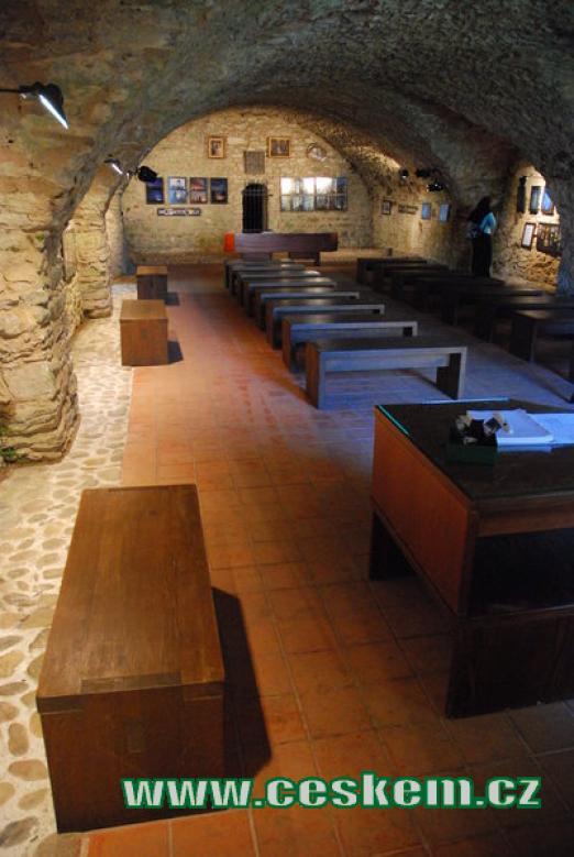 Výstava v bývalých hradních konírnách.