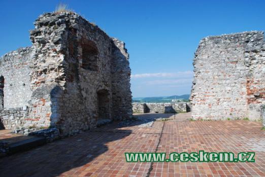 Zdi v horním patře hradu...