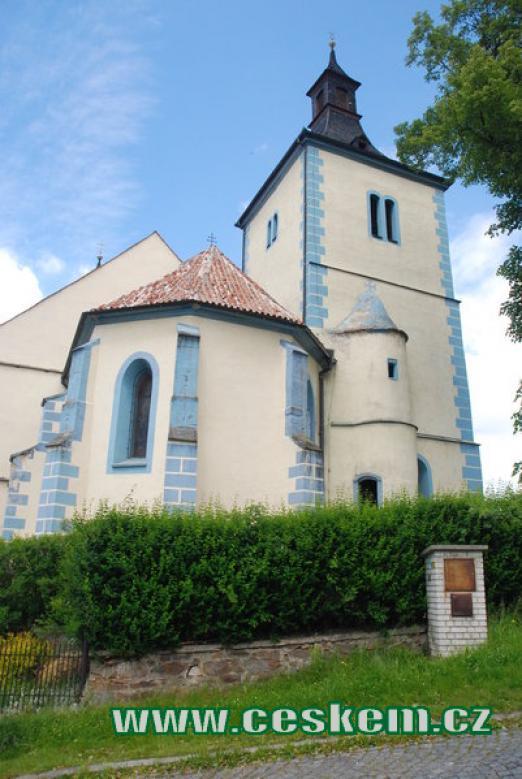 Kostel Narození Panny Marie na náměstí ve Velharticích.
