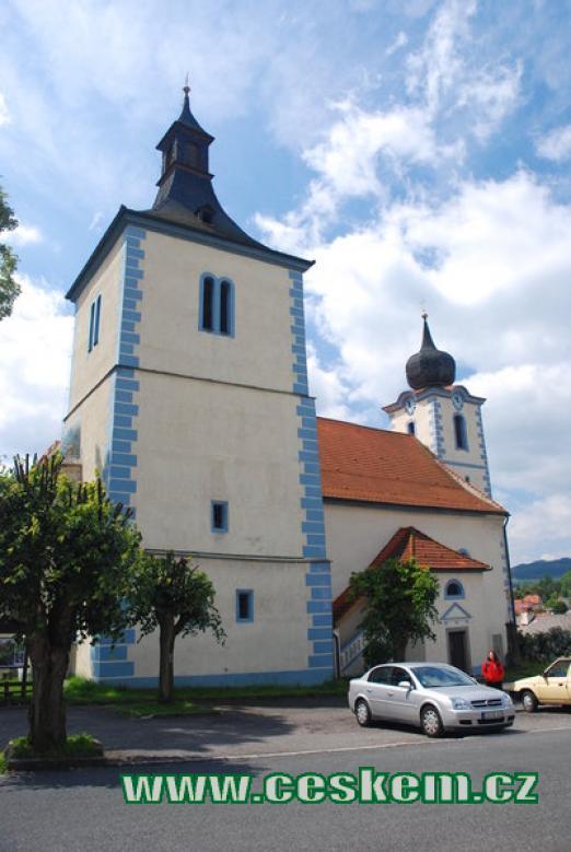 Kostel Narození Panny Marie na náměstí.