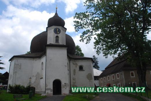 Pohled na barokní kostel Panny Marie Pomocné.
