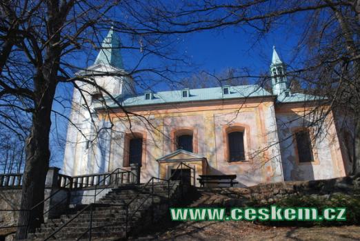 Kostel Archanděla Michaela pod zříceninou hradu.