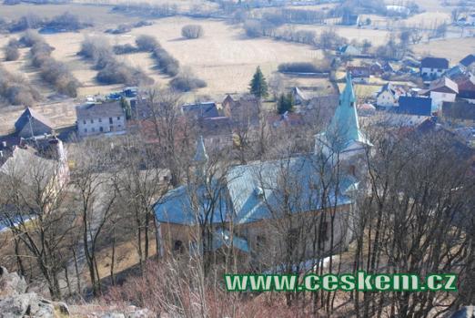 Pohled na kostel Archnaděla Michaela z hradu.