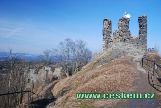 Pohled na zříceninu dávného hradu.