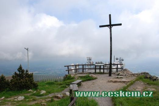 Kříž na vrcholu Ještědu.