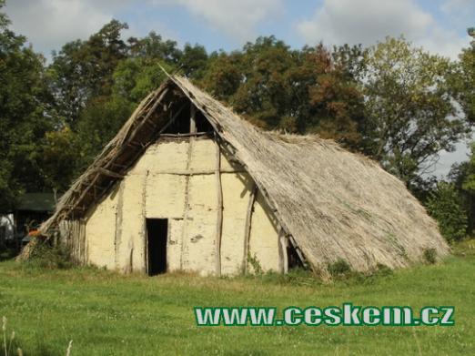 Dlouhý dům ze 4. tisíciletí před Kristem.