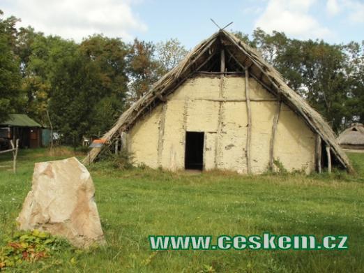 Dlouhý dům stavěný v mladší době kamenné.