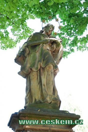 Barokní socha na místní návsi.