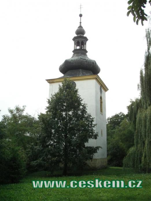 Zvonice s hodinami ležící severně od kostela.