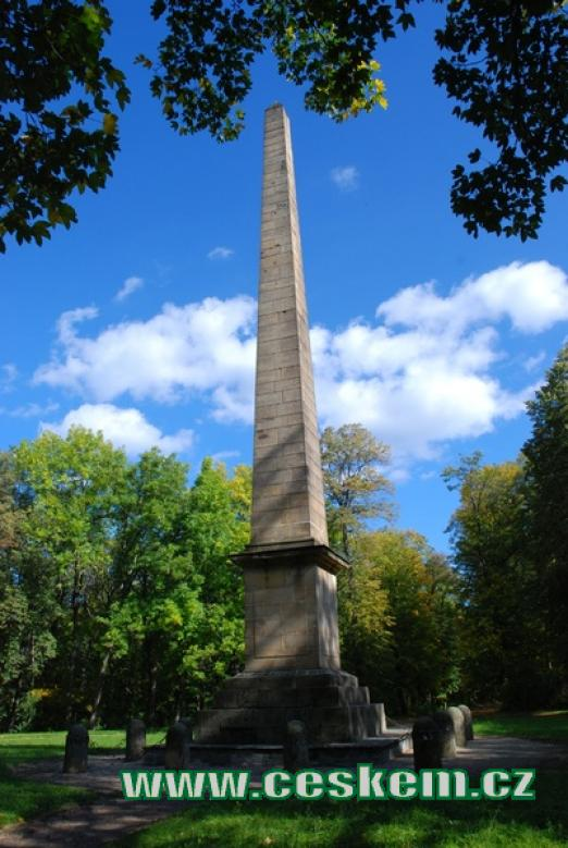 Obelisk - kamenný jehlan vztyčený na paměť vítězství rakouských vojsk nad Francouzi.