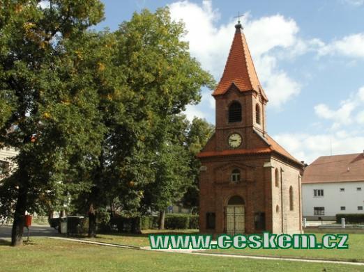 Kaple Nanebevzetí Panny Marie na zdejší návsi.