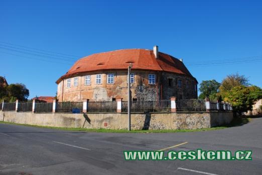 Jednopatrová budova místního zámku.