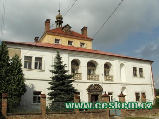 Budova zdejšího zámku.