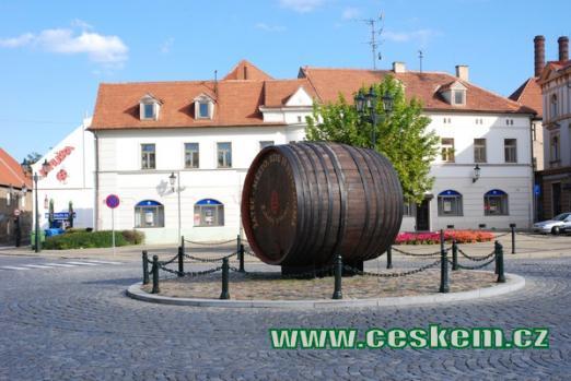Pivařský suvenýr na zdejším kruhovém objezdu.